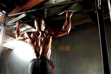 Які групи м'язів працюють (гойдаються) при різних видах підтягування на турніках