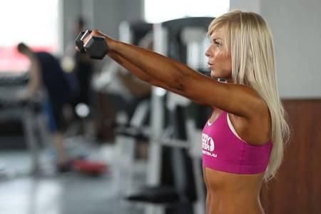 Способи накачування плечей за допомогою гантелей (вправи)