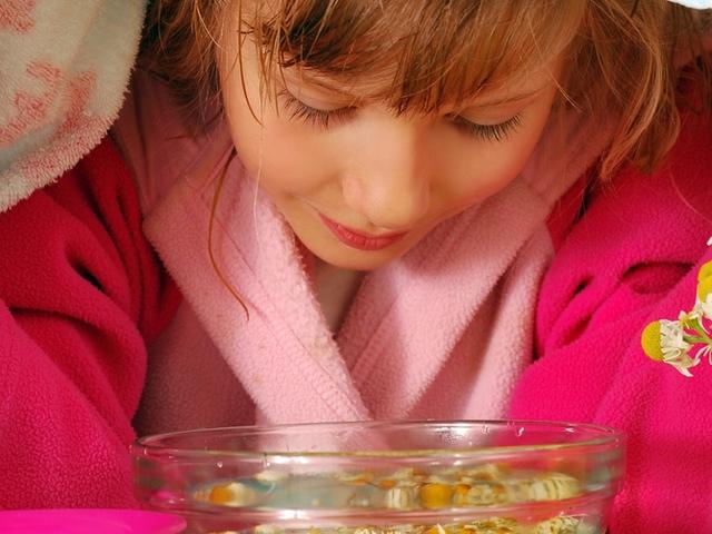 Маленькие детки еще не могут полоскать горло, а вот дышать парами лекарственных растений очень полезно и приятно.