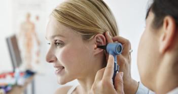 закладывает ухо -необходимо обратиться к врачу за помощью
