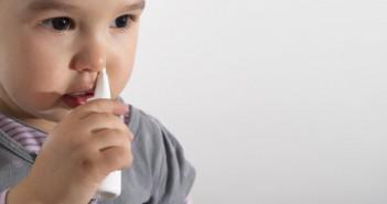 закапывание ребёнку носом спреем