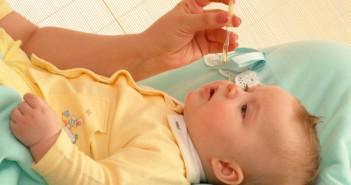 закапывание носа новорождённого каплями нозивин