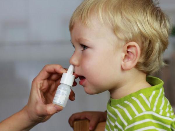 ребёнок закапывает нос спреем Назол