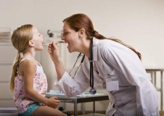осмотр ребёнка при ангине