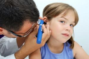 Малыш часто тянется к уху рукой