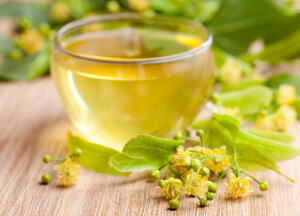 Липовый чай лучше заваривать в керамическом или фаянсовом чайнике