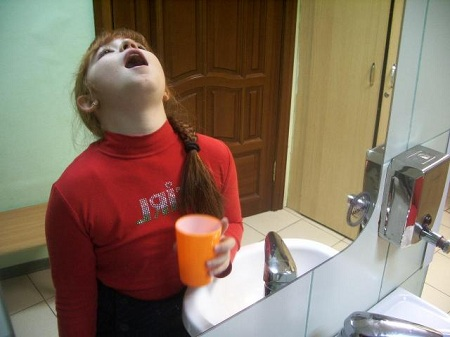 Полоскать горло следует каждые 2 часа