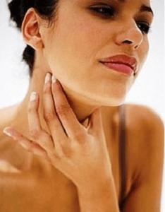 Основной симптом - боль в горле