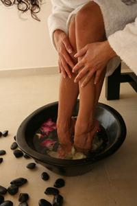 При фарингите помогают горячие ванны для ног