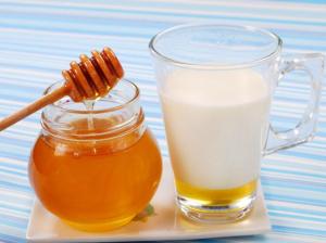 Увлажнить слизистые поможет молоко с мёдом и сливочным маслом