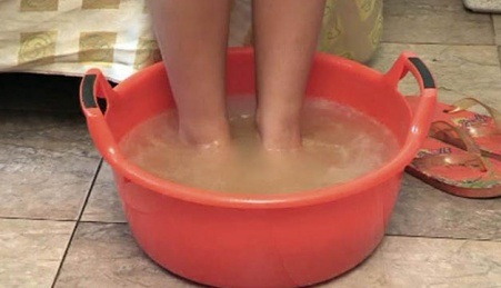 Неплохо помочь может простая ванна для ног