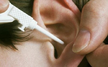 Закапывание перекиси в ухо