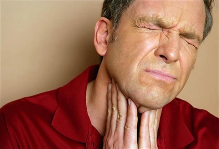 Одним из симптомов образования пробок является боль при глотании