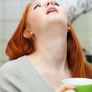 Необходимо полоскать горло антисептическими препаратами
