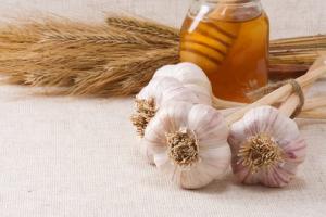 Лечение фарингита с помощью чеснока и меда