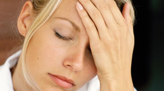 Один из симптомов скарлатины - это  ухудшение самочувствия и головная боль