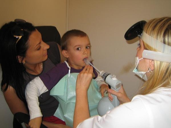 Врачи настаивают на операции тогда, когда инфекция становится опасной для здоровья ребенка